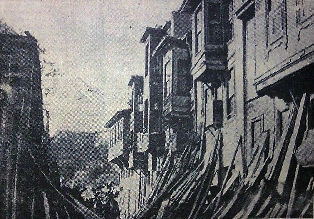 Fotoğrafta İstanbul'un bir semtinde yıkılmakta olan evler görülüyor. (2 Ekim 1956 Cumhuriyet Gazetesi'nden.)