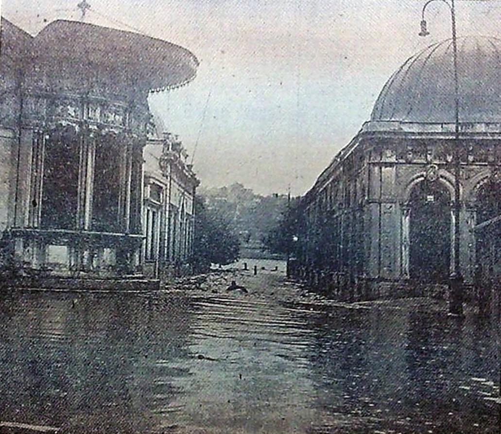 SU BASKINI 7 Eylül 1966 tarihinde çıkan yağmurda tarihi türbeleri su bastı. Sandukalar yerlerinden oynadı. Eyüp ile Haliç birleşti. Fotoğraf Eyüp Sultan'dan. (8 Eylül 1966 Hürriyet Gazetesi'nden.)