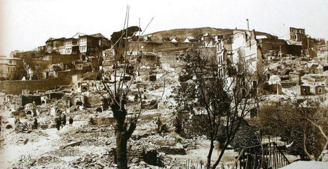 YANGIN Arnavutköy yangınının ardından. Hatıralarımızın içinde sıklıkla tekrarlamasak da aslında bu şehir üzerinde ne şiddetli depremler, yeryüzü şeklini zorlayan ne su baskınları, ahşap sanatının en nadide eserlerini yok eden ne yangınlar geldi ve geçti…