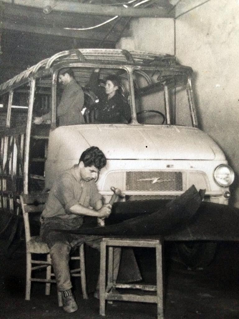 """TUNCAY AYYILDIZ / SİLİVRİ'NİN USTALARINI O YETİŞTİRDİ / Tuncay Ayyıldız, namıdiğer """"Chevroletci Tuncay"""", Silivri Oto Sanayi Sitesi'ndeki Ayyıldız Oto'nun kurucusu. Bugün 74 yaşında olan kaporta ustası Ayyıldız, küçük yaşlardan itibaren mesleğin içinde bulundu ve 50 yıl önce Silivri'deki iş yerini açtı. En önemli özelliği tahrip olmuş bir aracın kaportasını el işçiliği uygulayarak eski haline getirebilmesi ve olmayan bir parçanın işine görebilecek üretimler yapabilmesi. Bize böylelikle oto sanatkarlığının sadece el becerisine dayalı olmadığını aynı zamanda azim ve zeka gerektirdiğini kanıtlıyor."""