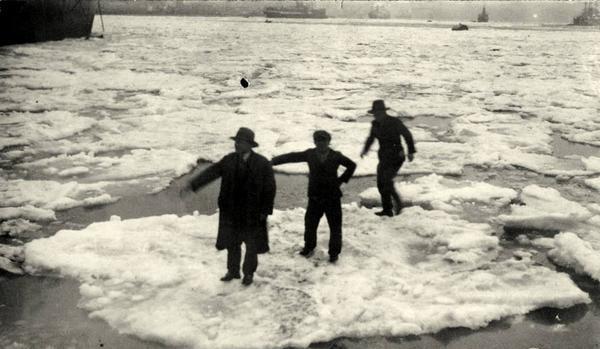 BUZ AKINI Tuna Nehri'nden kopup gelen buz kütleleri İstanbul Boğazı'na kadar ulaştı. İstanbulluları tedirgin eden bu doğa olayını bazıları da buzların üzerine çıkıp fotoğraf çektirerek bugüne ulaştırdı.