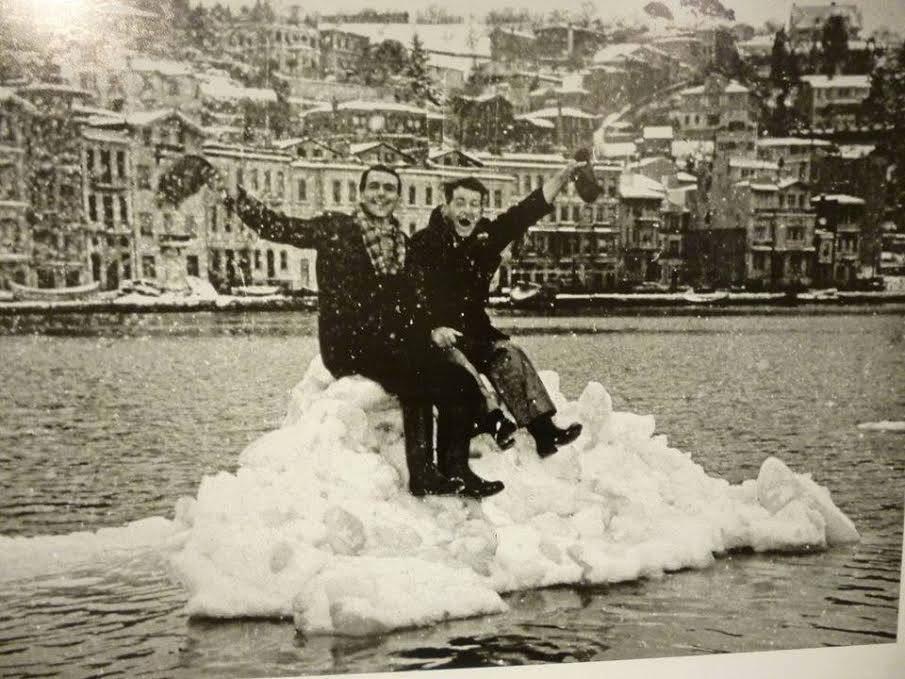 BUZ AKINI 1954 kışında Arnavutköy kıyısından Boğaz'ı kaplayan buz kütlelerinde poz verenler.