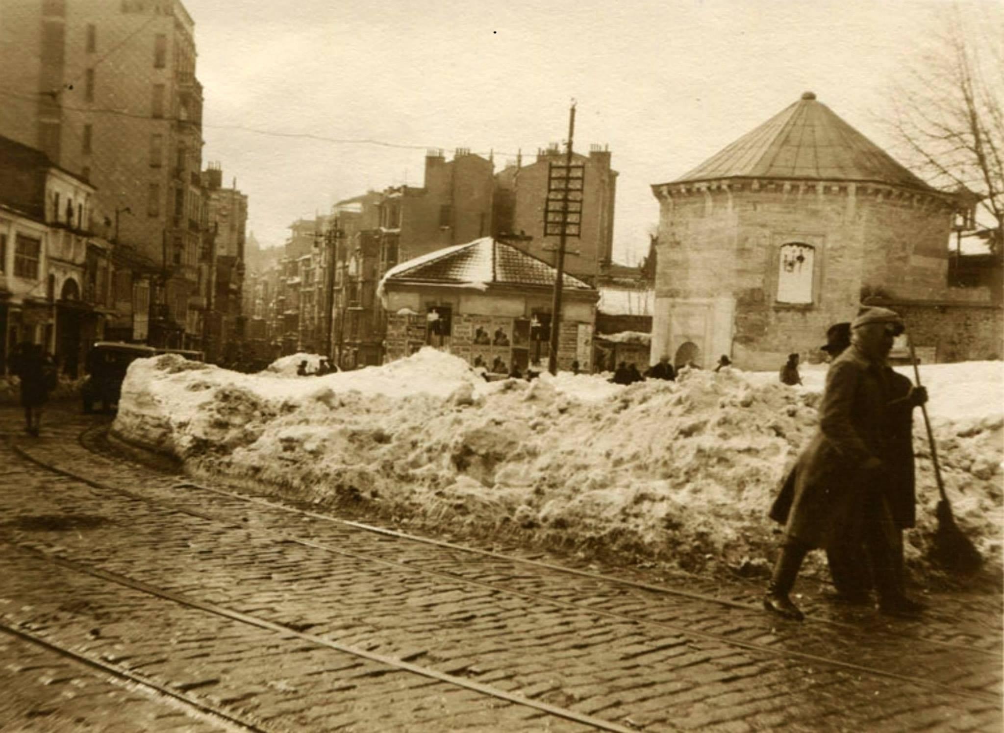 ŞİDDETLİ KAR YAĞIŞI Taksim Meydanı'ndan İstiklal Caddesi'ne girişte kar kümeleri o yıl aşırı kar yağışının halatı olumsuz etkilediğinin bir göstergesi.