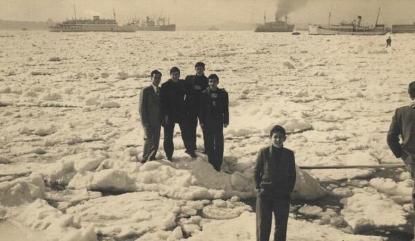 BUZ AKINI Boğaz'ın karla kaplı olduğu yıllardan kalan fotoğraflar çetin kış şartlarını anlatan birer belge niteliğinde.