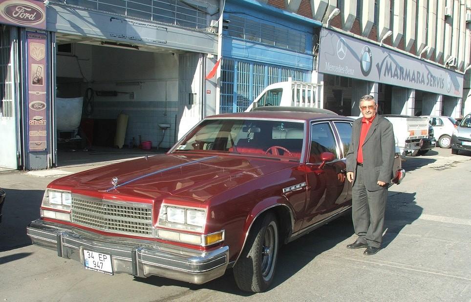 """Tarık Sarı, GM Otomotiv olarak faaliyet gösterirken, bir araba üzerinden önce babalarına sonra da çocuklarına servis verdiğini söylüyordu.  İşini çok sevdiğini ve severek yaptığı için de çok şanslı olduğunu vurguluyordu. Bu fotoğraftaki 1978 Model Buick Limited'i ilk sahibi devrin sanayicilerinden olan Seyfi Üstün'den 2004 yılında satın alarak klasik otomobilin ikinci sahibi olmuştu. Tarık Sarı, bu çok beğendiği modeli satın alıp sahip olduktan sonra da araca aynı bir tutku ile bakmaya devam etmişti. Gerçek bir beyefendi idi. Kulaklarımızda onun """"İnsan sevdiği işi yapmalı.""""  sözleri yadigar kaldı."""
