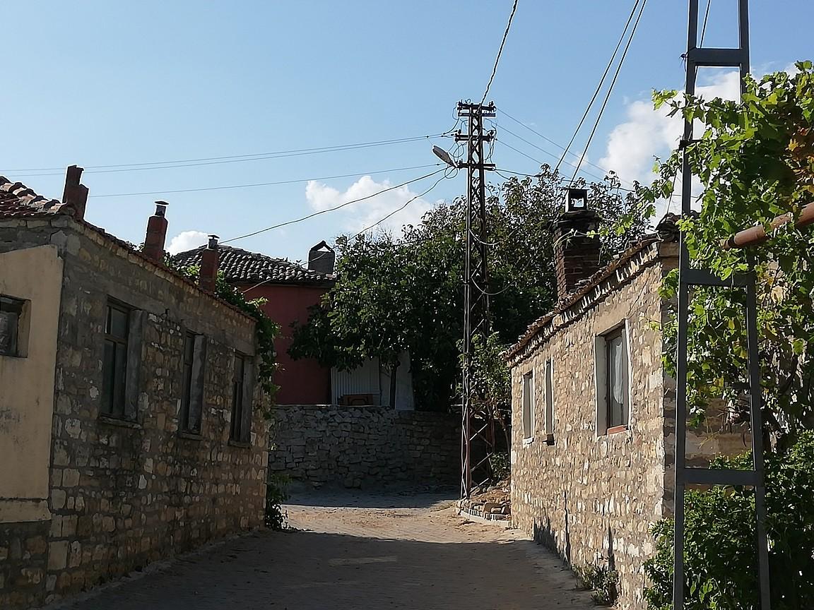 EMLAK SEKTÖRÜ CANLI İçlerinde evini pansiyona dönüştüren, kiraya verenler de var. Köydeki emlak sektörü böylelikle hareketleniyor. Arsa ve evlerin fiyatları bölgedeki normal bir köyde olduğundan daha fazla. Köy çoktan turistik olmuş bile.