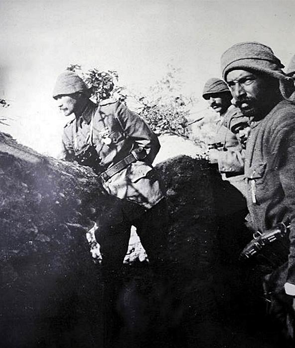 """HER YIL AYNI GÜN ANMA VAR Conkbayırı eteklerinde düşmanı karşılayarak savaşın kaderini değiştiren 57'nci Alayı da içine alan, binlerce şehit veren ve destanlar yazan askerler, Mustafa Kemal'in """"Ben size taarruz emretmiyorum, ölmeyi emrediyorum!"""" komutu ile köyden ayrılarak taarruza geçiyor."""