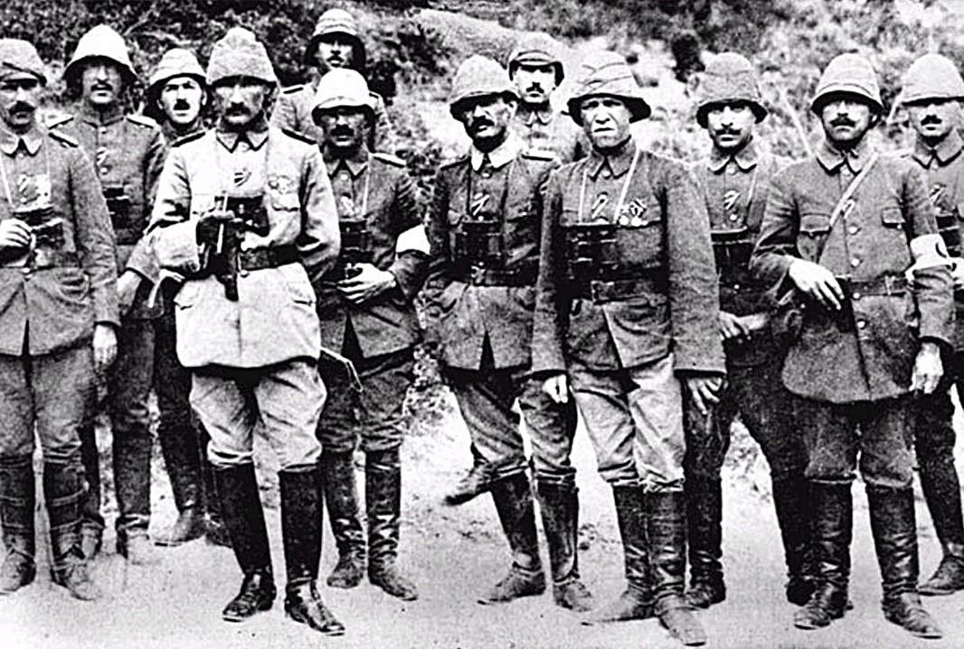 ATA, BU EVDE BİR HAFTA KALIYOR Bigalı Köyü'nde kalan Atatürk, 19 Nisan 1915'te geldiği bu evden, bir hafta sonra yani 25 Nisan 1915'te ayrılıp, yola çıkıyor ve tümeninin başında savaşa katılıyor.