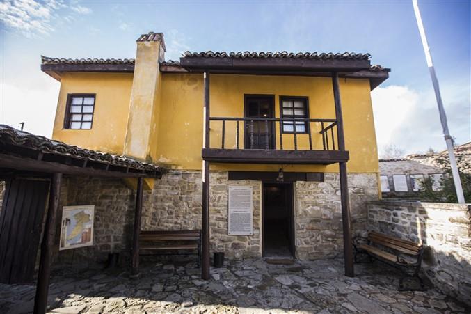 """ATATÜRK'ÜN YILLAR ÖNCE KALDIĞI EV, BUGÜN MÜZE  Atatürk, 19'uncu Tümen'in kumandanı olarak, gelip muhtarın evinde misafir oluyor. Bu evi bugün karşımızda """"Atatürk Evi ve Müzesi"""" ismi ile müzeye dönüştürülerek ziyarete açılmış olarak görüyoruz."""