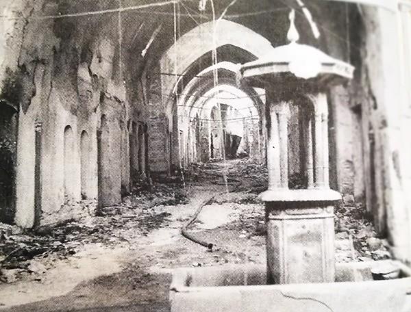 YANGIN 26 Kasım 1954 Tarihi Kapalıçarşı yandı. Gece bir yorgancı dükkanındaki elektrik kontağından çıkan yangında Kapalıçarşı'nın 65 sokağından 34'ündeki 1.580'den fazla dükkanla, 3 han ve birkaç bina birlikte yandı. 500 milyon liralık zarar oldu. Zamanın cumhurbaşkanı Celal Bayar olay yerine gerek incelenme yaptı. Zararı olan dükkan sahiplerine devlet yardım yapacağını açıkladı.
