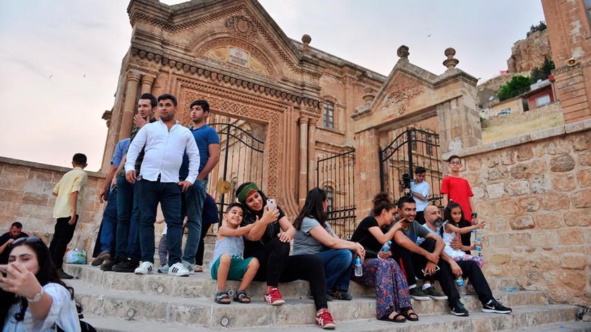 MARDİN Tarihi ve mimari açıdan Doğu'nun eşsiz kenti Mardin, çevre illerde yaşayanlarca ara tatilde gidip ara sokaklarında kaybolunacak ve kendisine has yemeklerin pişirildiği lokantalara uğranılacak bir kent özelliği taşıyor.