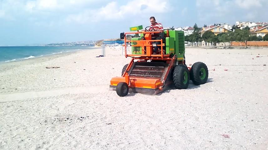 Plaj kumunda bulunan kumdan hariç çöp tıbbi atıklar, taş, cam, çalı gibi yabancı maddeleri çöpleri ayıklıyor, topluyor.
