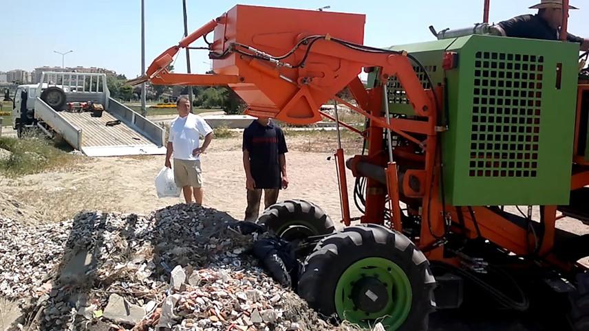 """Yosun toplama makinemiz denizle kumun birleştiği noktadaki ve yakın denizdeki 20 santim derinliğe kadar olan yosunları topluyor, çöp deposuna biriktiriyor, özel amaçlı işler için kullanılıyor."""" dedi."""