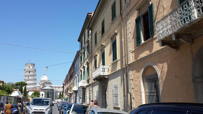 """İtalya'nın kuzeyindeki Pisa şehrinin girişindeki tren istasyonuna indiğimde, tarihi binalardan oluşan klasik bir İtalyan kenti bana """"merhaba"""" dedi."""