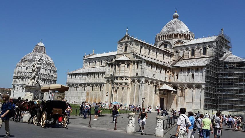 Alan içinde Pisa Katedrali'nin dışında Pisa Kulesi ile birlikte Pisa St. John Vaftizhanesi, Campanile ve Abidevi Mezarlık da yer alıyor.