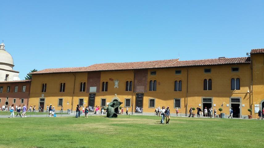 KÜÇÜK VE SEVİMLİ BİR KENT Pisa için ilk bakışta küçük ve sevimli bir kent diyebiliriz.