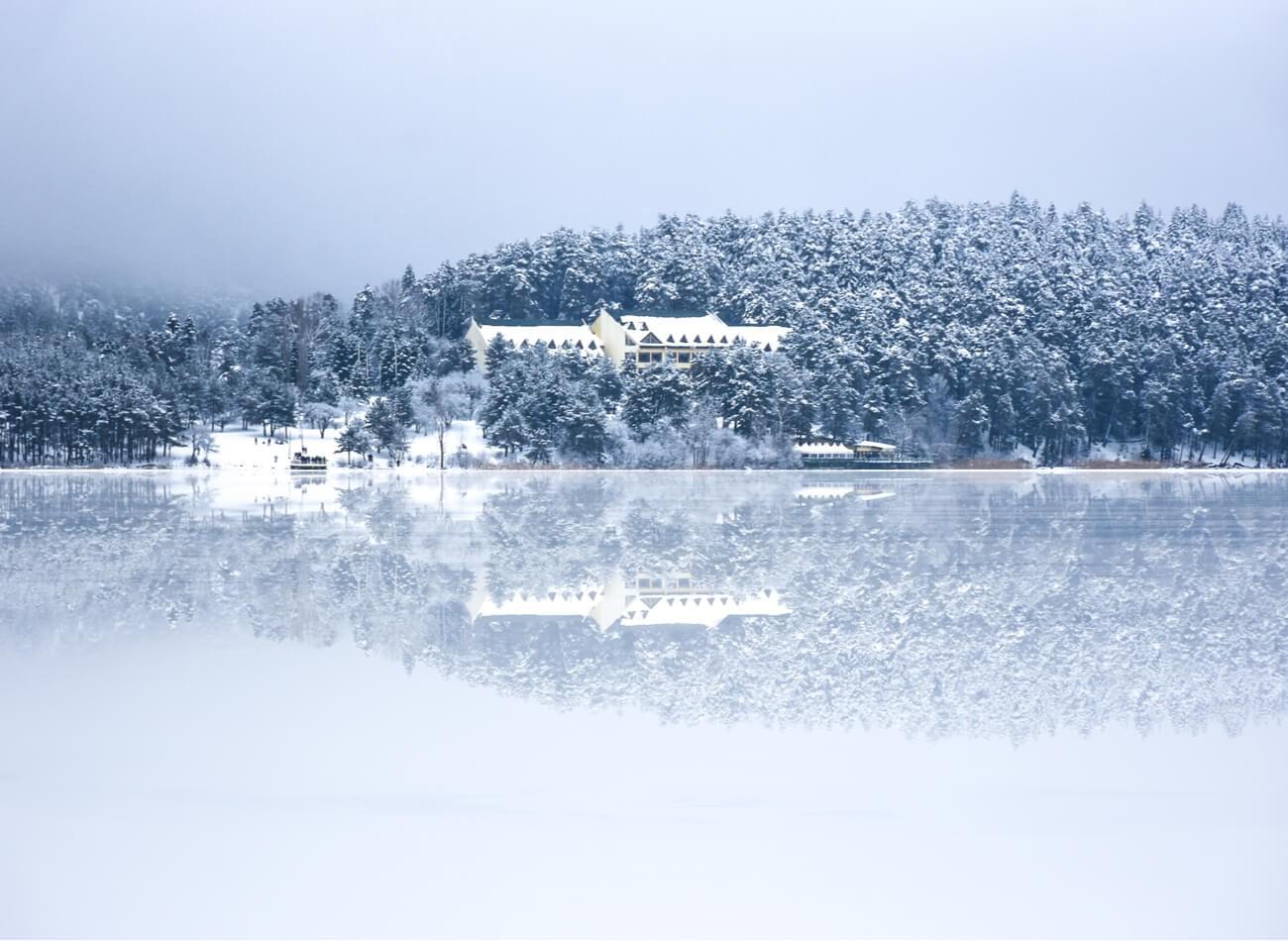 BOLU - ABANT GÖLÜ / Abant Gölü, dün de bugün de gözdelerimizden. Hem İstanbul'a hem de Ankara'ya yakınlığı ile sene boyunca sıkça ziyaret edilen bölge, görsel şölen sunan küçük patikaları ve buz tutan gölü sayesinde şahane güzellikteki manzaralara sahip.