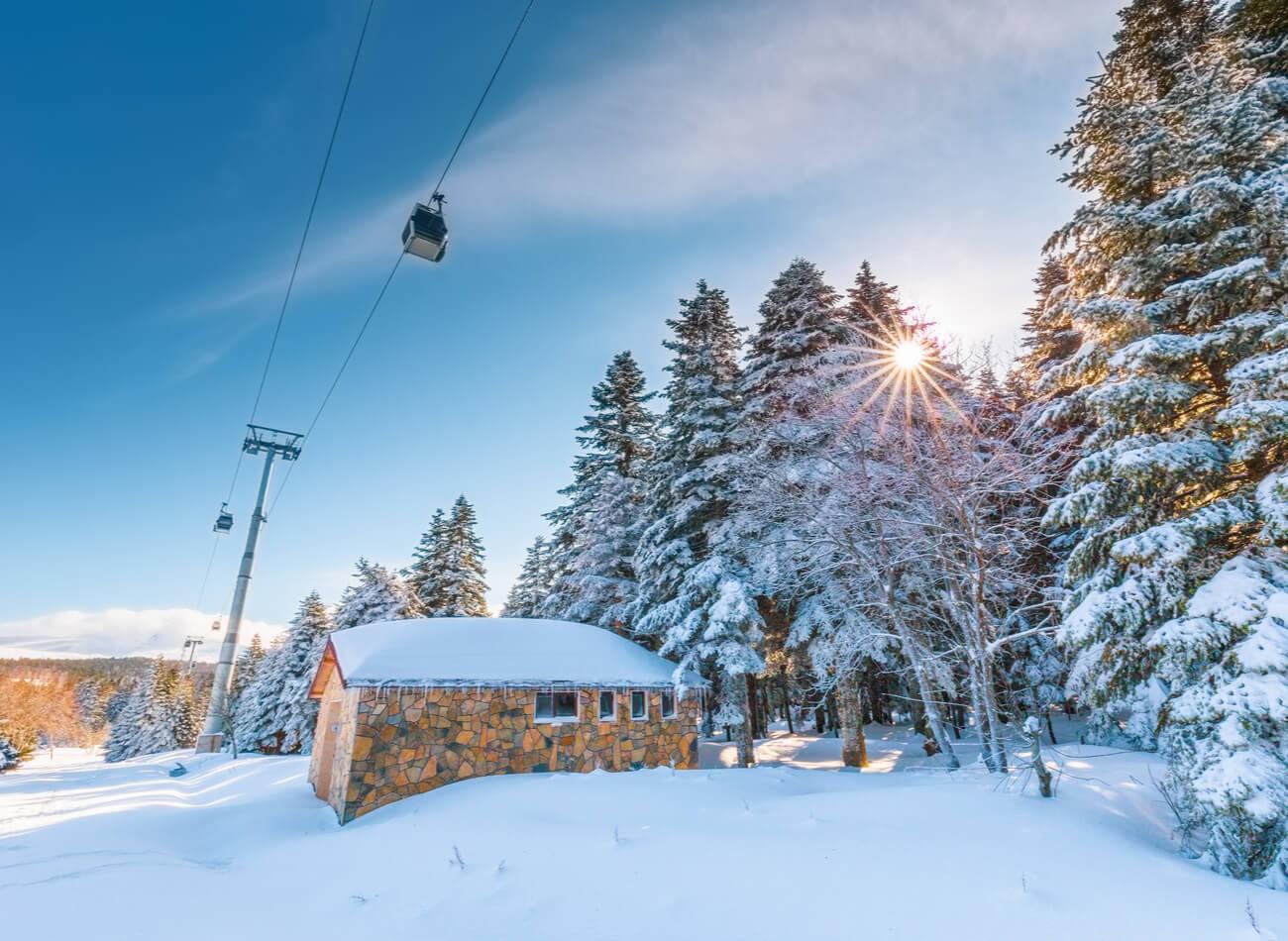 BURSA- ULUDAĞ / Yılbaşı kutlamalarının en bilindik adresi Uludağ. kayak, gezi, etkinlik, eğlence, sanatçıların canlı performansları, yeme-içme hepsi bir arada. Teleferikleri ile harika manzaralarla tanışacağınız bir yer burası.