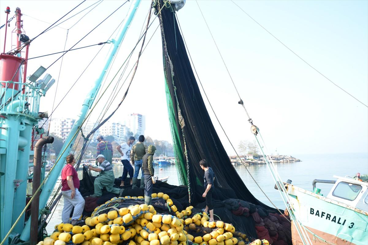 Doğu Karadeniz'den de yılın ocak-kasım döneminde 5 bin 491 tonluk su ürünleri ve mamulleri ihracatından 31 milyon 60 bin dolar gelir elde edildi. Bölgeden yapılan su ürünleri ihracatı da geçen yılın aynı dönemine göre miktarda yüzde 117, değerde de yüzde 118 arttı. Doğu Karadeniz'den yapılan ihracatta da Rusya, Vietnam ve Japonya öne çıkan ilk üç ülke oldu.