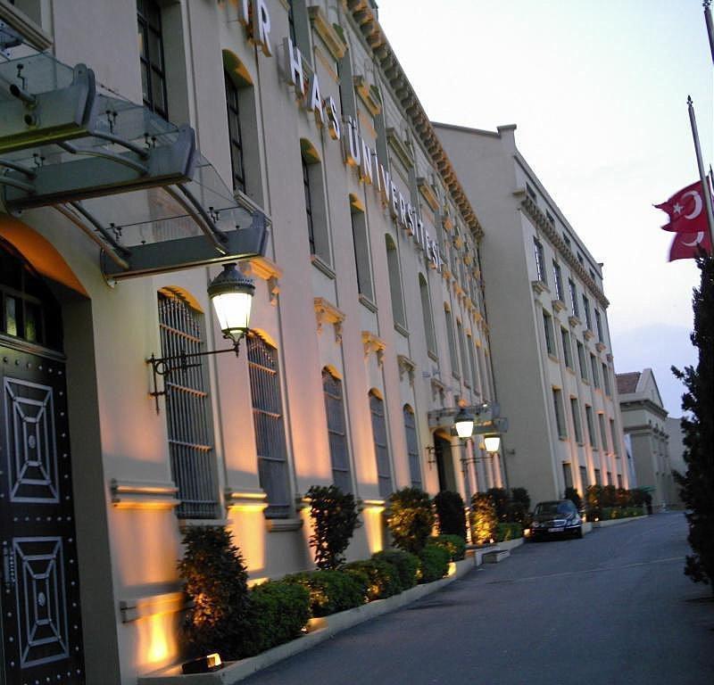 KADİR HAS ÜNİVERSİTESİ (CİBALİ TÜTÜN FABRİKASI)  1884 yılında kurulan ve 1900'lerin hemen sonrasında faaliyete başlayan Cibali Tütün Fabrikası, tütün işleme ve sigara üretimi için kullanılıyordu. 1925 yılına kadar Fransızlar tarafından işletilen fabrika Cumhuriyet'in kurulmasıyla birlikte Devlet işletmesine geçti. 1999-2000 yılları arasında kadir Has Vakfı tarafından restorasyonu tamamlanan bina Kadir Has Üniversitesi olarak bir yüksek öğretim kurumu şeklinde yeniden canlandı. 1998 Mart'ında başlayan restorasyon çalışması Mimar Mehmet Alper'in danışmanlığında dört yıl sonunda tamamlandı. 35 bin metrekare alan üzerine oturan binalar, 30 Ocak 2002'de hizmete açıldı.