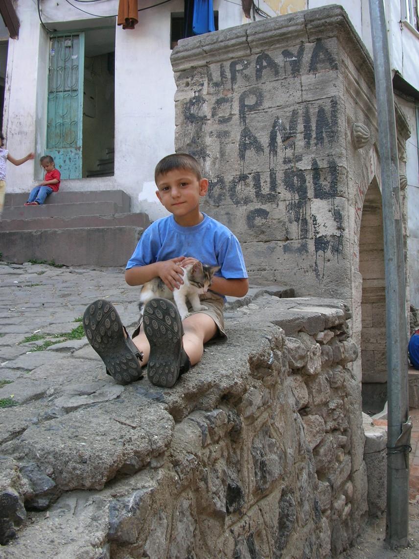 KÜLTÜR MOZAİĞİ FENER Fener, İstanbul'un yedi tepesinden birinin üzerine kurulmuş, dik yokuşlu sokaklardan oluşan bir semt. Bizans Dönemi'nde Petrion (kaya) adıyla anılan semt, gerek Bizans Dönemi'nde gerekse Osmanlı Dönemi'nde Rum ailelerin yerleştiği bir semt olmuş. Fener, Haliç'in güney kıyısında Balat ve Ayakapı arasında yer alır. Semtin adını, Bizans Dönemi'nde Haliç surlarında yer alan Fener Kapısı (Porta Phanari) yanındaki kulede sallanan bir fenerden aldığı söylenir. Bu fener Haliç'in kayalık kıyılarını aydınlatarak gemicilere yol gösterirmiş. 1600'lü yıllarda Rum Ortodoks Patrikhanesi'nin Fener'deki Hagios Georgios Kilisesi'ni merkez yapınca semt uluslararası önem kazandı. Soylu ve varlıklı Rum aileler Fener'e yerleştiler. Fener, bugün de Fener Rum Ortodoks Patrikhanesi, Gül Camii (Ayia Teodosia Kilisesi), Fener Rum Lisesi, Ayia Maria Kilisesi, Bulgar Kilisesi, Kadın Eserleri Kütüphanesi gibi tarihi yapıları barındıran bir semt.