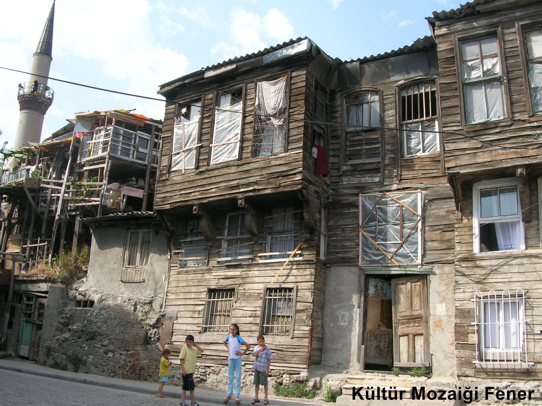 """BALAT'TA GEÇMİŞİN İZLERİ SAKLI İstanbul'un en eski semtlerinden biri olan Balat, Haliç'in güney kıyılarında Fener ve Ayvansaray arasında yer alır. Coğrafi konumu, tarihsel özellikleri, dermografik yapısı itibariyle Tarihi Yarımada içinde önemli bir yeri olan Balat, Bizans'tan günümüze kozmopolit kültürüyle dikkat çekicidir. Tarih boyunca ağırlıklı olaral Musevilerin, özellikle de """"Sefaradim"""" diye adlandırılan İspanyol Musevileri'nin yaşadığı bir merkez olarak bilinmekte. Musevilerin dışında Rumlar, Ermeniler ve Türkler de Balat'ta yaşadılar. Semtte yaşayan bu dört ayrı grubun dinsel ve kültürel izleri Bizans, Osmanlı ve Cumhuriyet dönemlerinin küçük birer örneği olarak karşımıza çıkıyor."""