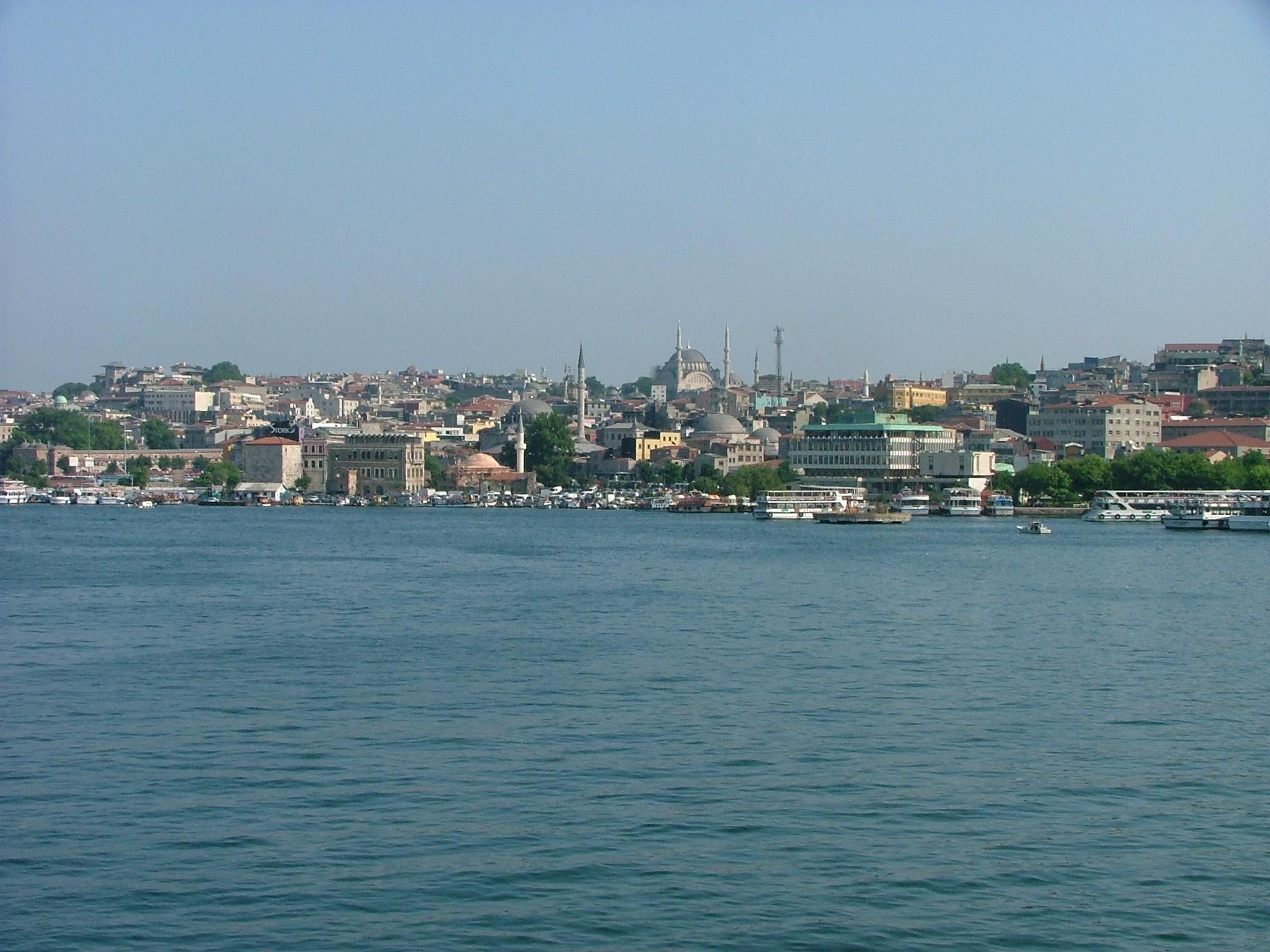 DÖNÜŞEN HALİÇ... Tarihi Yarımada ile Beyoğlu yakasını birbirinden ayıran Haliç, 8 kilometrelik doğal ve güvenli bir liman olarak tarih boyunca birçok farklı kültüre ev sahipliği yaptı. Bizans'ın sarayları, surları, kiliseleri; Osmanlı'nın köşkleri, camileri ve hamamlarının yanı sıra, birçok ulus ve inançtan insanın barındığı tarihi evler, aynı zamanda Altın Boynuz olarak adlandırılan Haliç'in kıyılarını süslüyor. Yıllarca endüstriyel atıklarla kirlenen ve ihmal edilen Haliç'te 1980'lerden beri sürdürülen çalışmalar sonucunda, dört binden fazla yapı istimlak edilip, iş yerleri şehir dışındaki yeni merkezlere nakledildi, kıyılar park ve bahçeler ile çevrildi, ilk defa inşa edilen dev kanal sistemleri ve kolektörler ile sular temizlendi. Böylece Haliç hak ettiği değere kavuşarak tekrar İstanbulluların gözde kültür ve turizm bölgesi haline geldi. Özellikle son yıllarda gerçekleştirilen kentsel dönüşüm ve restorasyon projeleriyle gündemden düşmeyerek, mimarlık camiasının dikkatini üzerine çeken Haliç kıyılarında sürdürülen çalışmaları bir araya topladık.