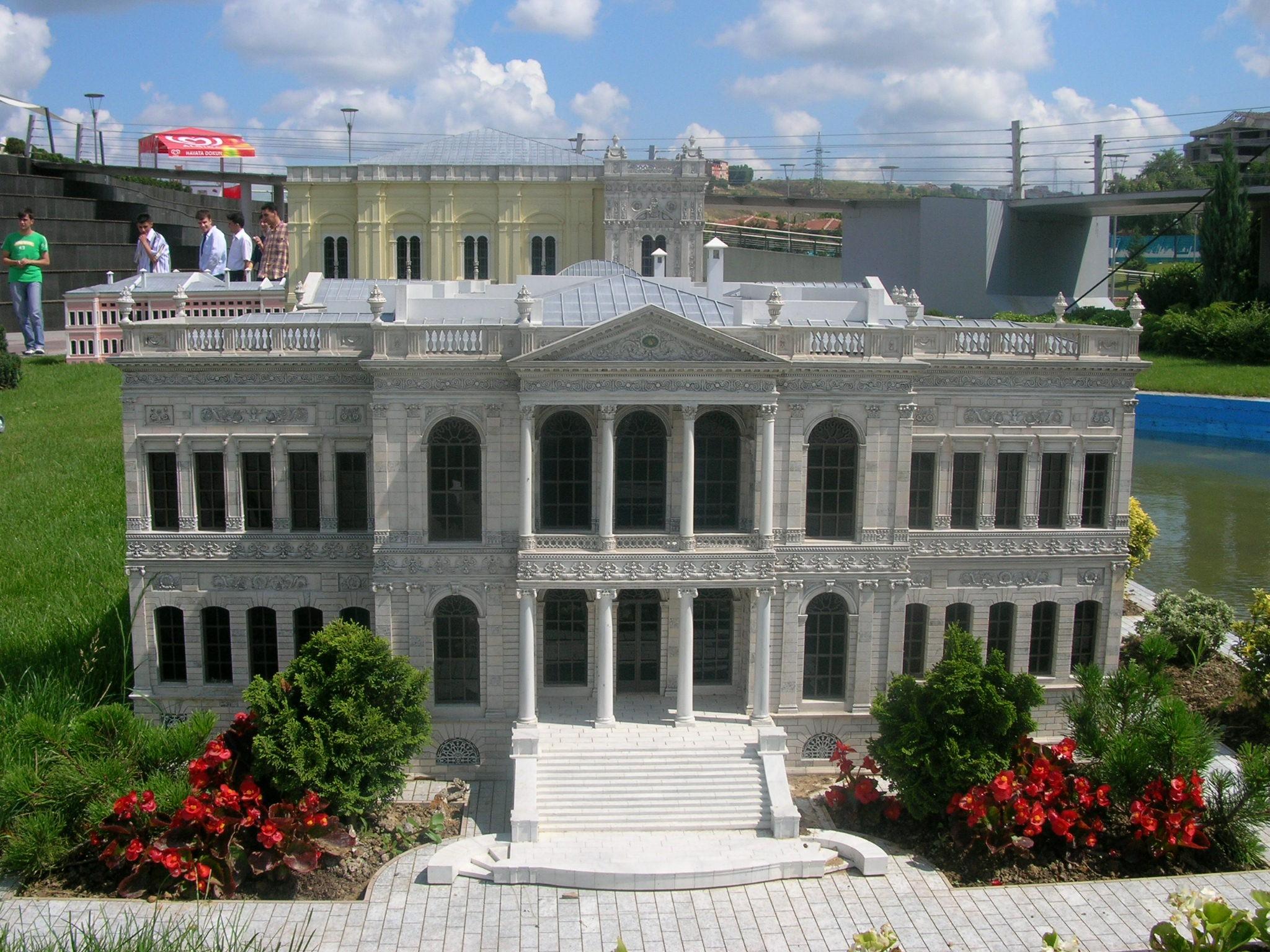 MİNİATURK Türkiye'nin ilk Miniaturk projesinin temeli, Haziran 2001'de atıldı, Mayıs 2003 yılında ise hizmete açıldı. Toplam 60 bin metrekare alan üzerine kurulan Miniaturk'te, 15 bin metrekare maket alanı, 40 bin metrekare yeşil ve açık alan, 3 bin 500 metrekare kapalı alan, 2 bin metrekare havuz ve suyolu, 500 araçlık otopark yer alıyor.  Türkiye ve Osmanlı coğrafyasından seçilmiş eserlerin 1/25 ölçekli maketlerinin bulunduğu Miniaturk'te yer alan eserlerden bazıları şunlar: Ayasofya, Selimiye, Rumeli Hisarı, Galata Kulesi, Safranbolu Evleri, Sümeli (Sümela) Manastırı, Kubbet-üs Sahra, Nemrut Dağı Kalıntıları, Artemis Tapınağı, Halikarnas Mozolesi, Ecyad Kalesi.