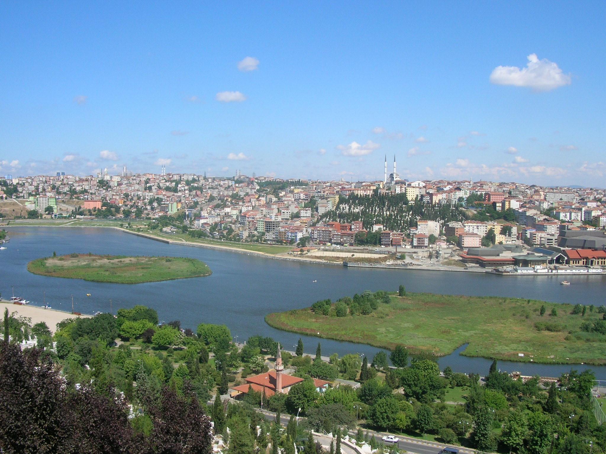 Son dönemlerde popüler olan ve İstanbul'un yakın tarihinin anlatıldığı kitapların yolu mutlaka Haliç'ten geçiyor. Eski ve önemli bir yerleşim yeri olan Haliç'i gezerken kitaplarda anlatılan sokaklar, evler, hatta parke taşlarını bile bulmak mümkün. İstanbul'da günlük gezi yapmak isteyenler için sırasıyla bir kıyısında Eminönü, Unkapanı, Cibali, Fener, Balat, Ayvansaray, Eyüp, Silahtar, Hasköy, Sütlüce, Halıcıoğlu, Alibeyköy diğer kıyısında Karaköy, Kasımpaşa birbirinden ilginç ve sahici yaşam alanlarıyla bizi bekliyor.
