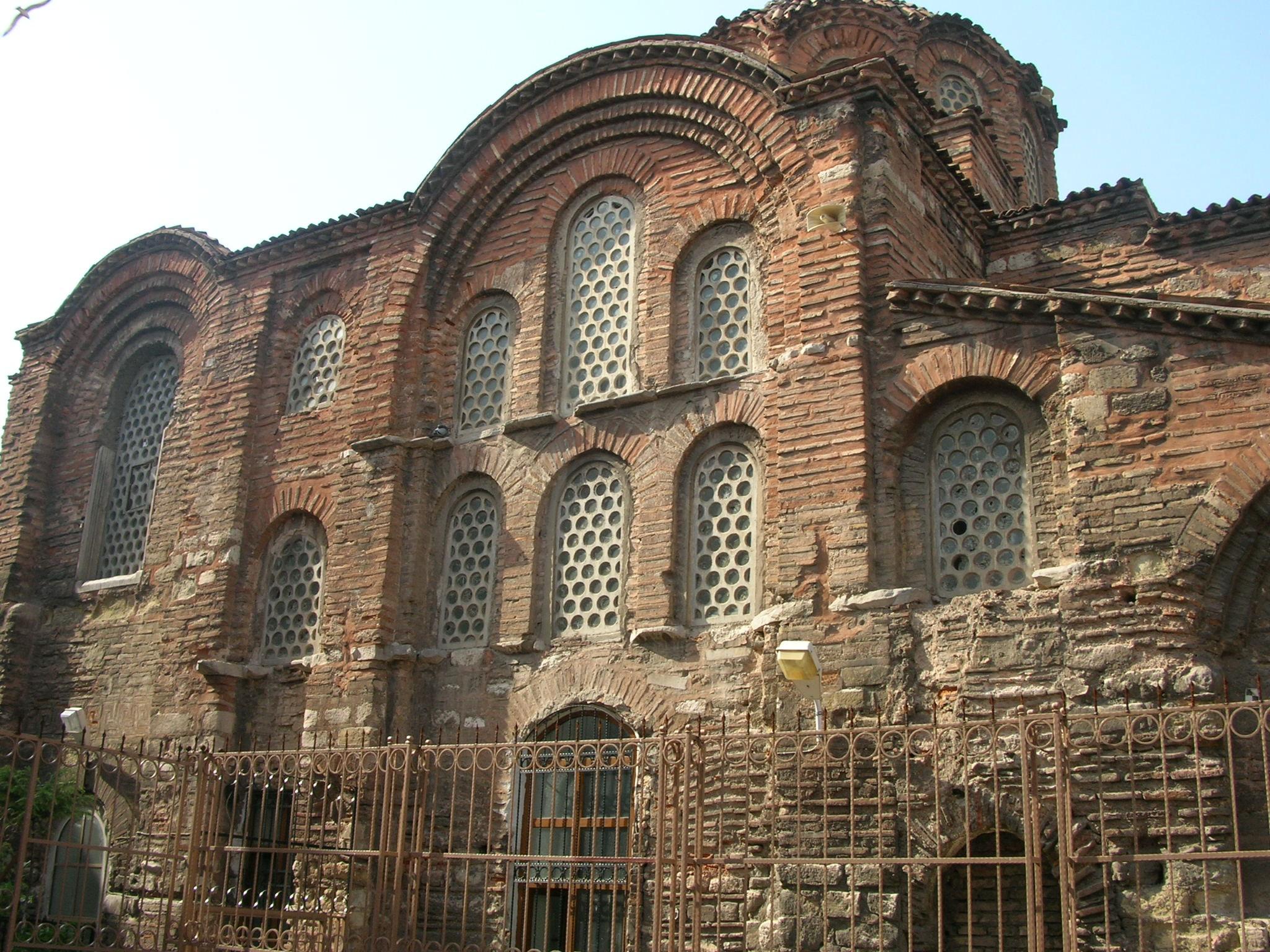 """Fatih Sultan Mehmet zamanında camiye dönüştürülen bu yapının tarihi 12'nci yüzyılın ilk çeyreğine dek uzanıyor. Binanın bütünü, Fatih zamanında camiye çevrilmiş olmakla birlikte şu sıralarda yalnız güney kısmı cami olarak kullanılıyor. Fatih Sultan Mehmet İstanbul'un fethinden sonra, kendi cami ve külliyesini yaptırıncaya kadar, Pantokrator'un ayakta kalmış binalarını medreseye çevirdi. Başına da o dönemin önemli bilginlerinden Zeyrek Mehmet Efendi'yi getirdi. Bu nedenle bu yapı ve içinde yer aldığı semt """"Zeyrek"""" olarak adlandırılıyor.  Zeyrehane'de tam sırtınızda Zeyrek Camii, önünüzde Süleymaniye, bakış açınıza göre Haliç, Karaköy Limanı, Üsküdar, Kız Kulesi ve Kadıköy'e kadar uzanan muhteşem bir manzara var. Tarihi dokuya sadık kalınarak restore edilen mekânın iç dekorasyonunda geleneksel Türk motifleri hâkim."""