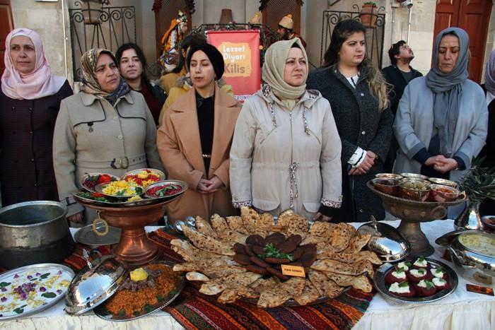300 ÇEŞİT YEMEK VE TATLI TANITILDI 300'ü aşkın yemek ve tatlı çeşidi bulunan Kilis mutfak kültürünün tanıtıldığı ve İslambey ÇATOM Konağında gerçekleştirilen etkinliğe yoğun katılım sağlandı.