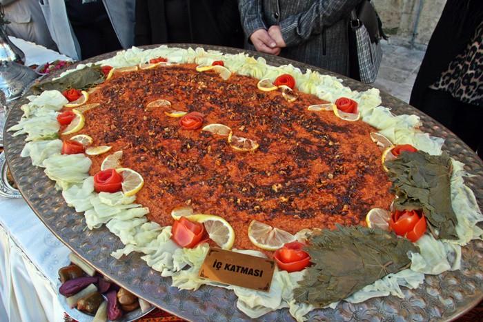 """Dünyada yükselen trendlerden biri olan gastronomi turizmi Kilis için de bir hedef haline geldi. Zengin mutfağını devreye sokan kent, """"Kilis Gastronomisi Dünyaya Açılıyor"""" projesi kapsamında tanıtım etkinliği düzenlendi."""