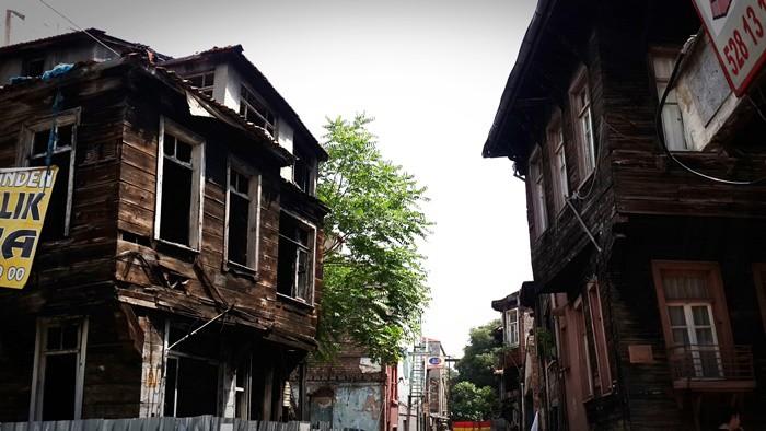 İstanbul şehri, herkesin bildiği, beğendiği, gidince içinin açıldığı, adı geçince bile yüzünün gülümsediği semtler ve köşeler bütünüdür. Bu köşeler genellikle herkes için aynı olsa da kişiye özel yöreler de bulunmaktadır. Çoğu insanın bilmediği, bilip de tercih etmediği, gidince insanın can sıkıntısını alan, keyfini yerine getiren, kendisinden parçalar bulduğu bu gizli cennetler pek kimselerle paylaşılmaz. İnsan hazinesini sadece kendinize saklamak isteyebilir. Ama ben herkes benim sevdiğim yerlere gitsin, orada benim aldığım hazzı alsın isterim. Çoğu arkadaşımı peşimden sürükleyip beraberimde götürdüğüm bu yerler aslında medeniyete yakın ama bir o kadar da bakir yerlerdir. Ortak özellikleri şehrin içinde ama çok kıyısında olmaları, alçak evleri, yıkık dökük yapıları, sokaklarında özgürce oynayan çocukları ve insanlarının çok görmüş geçirmiş bakışlarıdır.