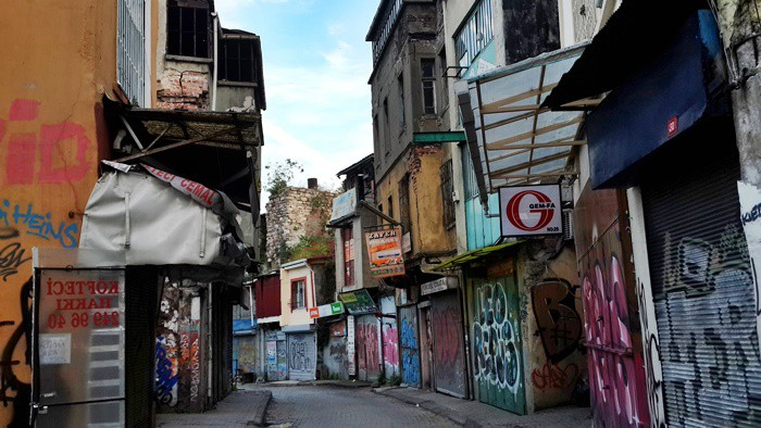 KARAKÖY HIRDAVATÇILAR ÇARŞISI Saklı cennetlerden biri de kısa binaları, insanların bin bir emekle çalıştığı iş yerlerinin bulunduğu dükkanları ile Karaköy'deki hırdavatçıların alanıdır.  Orası günümüzde taze olmasa da pekala oraya taze bir nefes almaya gidilebilir. Galataport Projesi kapsamında yerlerinden edilen ve yarısı boşalmış, yarısı hâlâ direnerek yerlerini terk etmeyen esnafı ile yaşayan ve direnen bir kıtadır.  Deniz kenarında olması, kozmopolit yapısı, dükkanlardan gelen pas ve metal kokusu, nefis Haliç manzarasının eşliği burayı farklı kılmıştır.