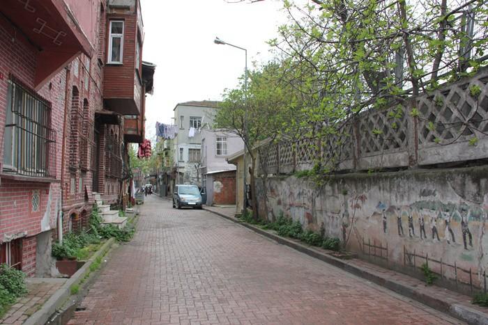 KÜÇÜK LANGA Aksaray'dan Yenikapı'ya doğru inerken tren istasyonunun sağından sahile kadar olan bölge Küçük Langa'dır. Burada diğerleri gibi yoğun olarak iş yeri olmasa da iki katlı evleri ile bir masal kent gibidir. Sokaklarından satıcı arabaları geçen ve alışveriş yapılan nadir semtlerdendir.   İki katlı evleri… Birkaç sokaktan ibaret düzenli yerleşimi ile fazlasıyla sevimli bir sahil kenti gibidir. Ama içinde kara iklimi insanları yaşar. İnsanların koşuşturması gailesi farklıdır. Burada zaman başka akar.