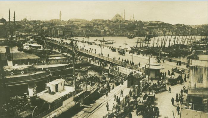 KAYIKLARDAN VAPURLARA Bugünün gelişmiş, renkli, lüks Boğaz semtleri Osmanlı İstanbul'u için tam anlamıyla birer köydü. Kıyı boylarında ve bir adım içeride yine saraylar, yalılar, sahilhaneler, köşkler, konaklar sıralanmışsa da daha geriye doğru gidildiğinde yeşillikler, belki küçük kulübeler, bir küçük cami ya da kilise görünüyordu göze ve köyler yaz mevsiminde sayfiye amaçlı sakinleriyle şenleniyor, kışın ise sessizliğe bürünüyordu.