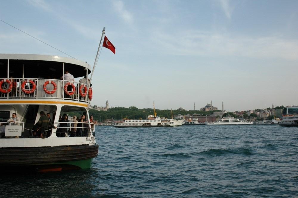 """Aslında çözüm belliydi: Buharlı gemi. O çözüm bir bahar günü, 1828 yılının 20 Mayıs'ında İstanbul limanında göründü. Üzerinde kocaman harflerle """"Swift"""" yazan, koca çarkları, göğe duman savura savura sularda süzülen bu dev aracın halk meraklı gözlerle izledi. Ve Swift'i diğer gemiler takip etti. Kent ulaşımında doğan ihtiyacı karşılama görevini belli ki yabancı girişimciler üstlenmişti; ancak bir süre sonra devlet harekete geçti ve 1838 yılında Osmanlı sularında yolcu ve yük taşımak üzere ilk Osmanlı bandıralı buharlı gemiler Tersane-i Amire'den çıktı: Mesir-i Bahri ile Eser-i Hayır."""
