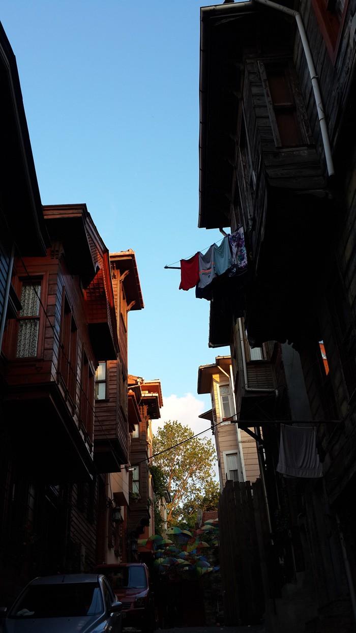 İstanbul'un muhteşem tarihi ve Boğaz'a hâkim coğrafi konumu nedeni ile elde ettiği avantajlarının ışığında yıllar boyunca kendine özgü kültür sembolleri üretmiştir.   ANILARIMIZ, DÖNÜM NOKTALARIMIZ Hepimizin üzerinde yaşarken alışageldiğimiz bu semboller aynı zamanda anılarımızı oluştururken bir yandan da farkında olmadan hayatımızın dönüm noktalarının tanıklarıdır aslında.