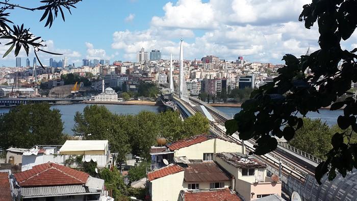 """HEPSİ KÜLTÜR MİRASI ADAYI İstanbul'un kültür sembollerini saydığımızda """"evet gerçekten de öyle"""" dediğimiz yakınlıkta olduğunu görülecektir. Eski ve alıştığımız sembollerle, hayatımıza yakın dönemde girdiği halde hemen benimsediğimiz bazı yeni ritüeller birer kültür mirası adayıdır."""