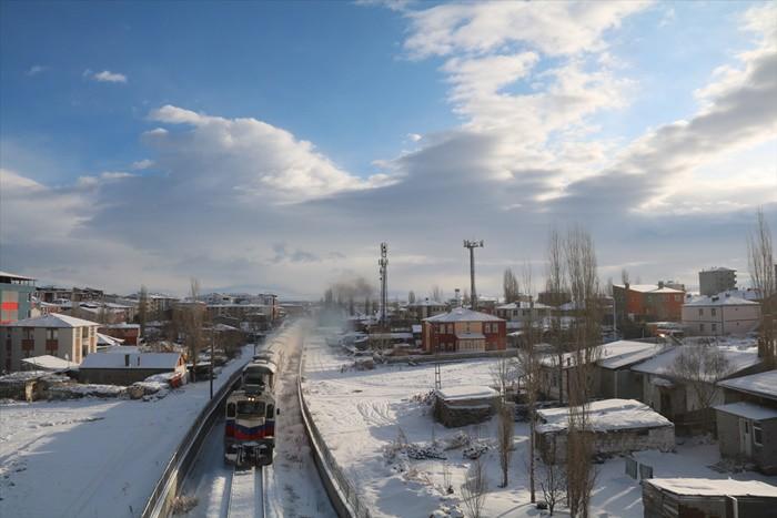 Her ne kadar Kars'a yapılan bir yolculuk da olsa bu sırasıyla Ankara, Kayseri, Sivas, Erzincan ve Erzurum'u da yakından tanıma olanağı sağlıyor.