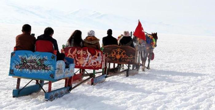 YER BULMAK BİR SORUN Son yıllarda oldukça rağbet gören seferlerinden Doğu Ekspresi'nin Ankara-Kars rotasıda, özellikle kış aylarında yer bulmak neredeyse imkansız.