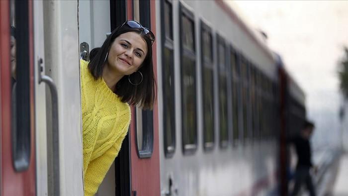 BİR VAGONUN PENCERESİNDEN BAKMAK Bütün sosyal medya hesaplarında paylaşılacak en güzel fotoğraflardan birisi bu trenin bir vagonundan bakarken verilen bir poz olmalı.