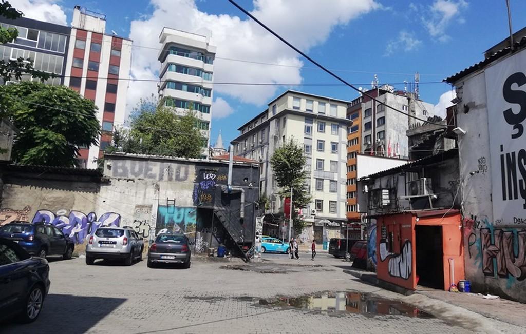Bu ada aslında İstanbul'un en hoş bölgelerinden biri ve şehir içinde kaldığı için gençlerin ilgisini çekti.