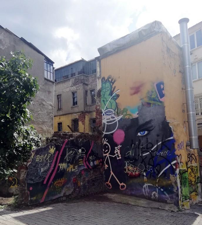 Ünlü grafiticiler gelerek, eserlerini sergilemeye başladı.