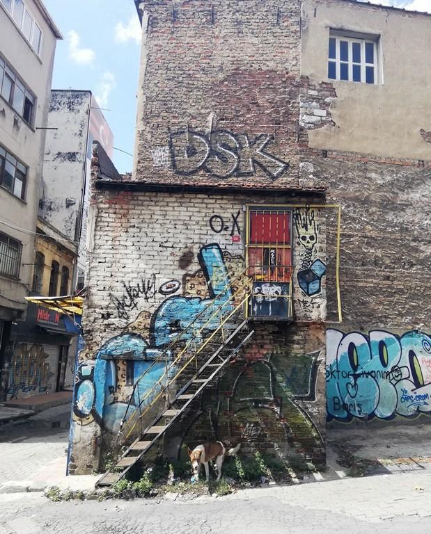 Grafiticiler burada gerçekleşen bir festivale bile katıldılar.