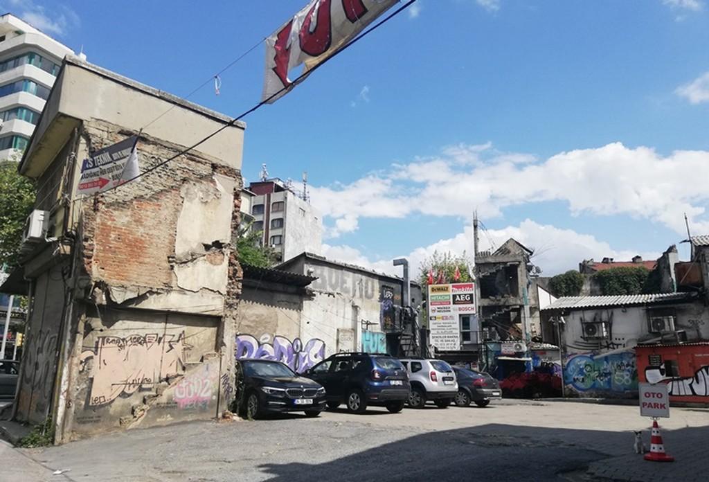 İki katlı, üç katlı binalar terk edildi.