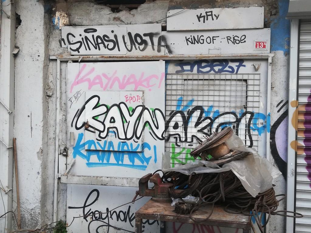 Ara sokaklardaki dükkanların kendileri bile isimlerini grafiti ile yazdırmaya başladı.