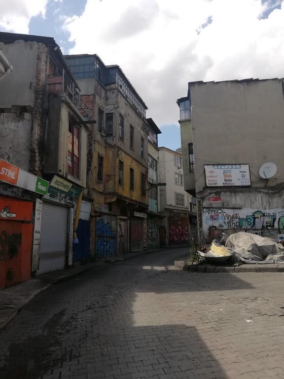 Her yerin eski olduğu, binaların da bakımsız bulunduğu bölge beklenin aksine hiç pis değil.