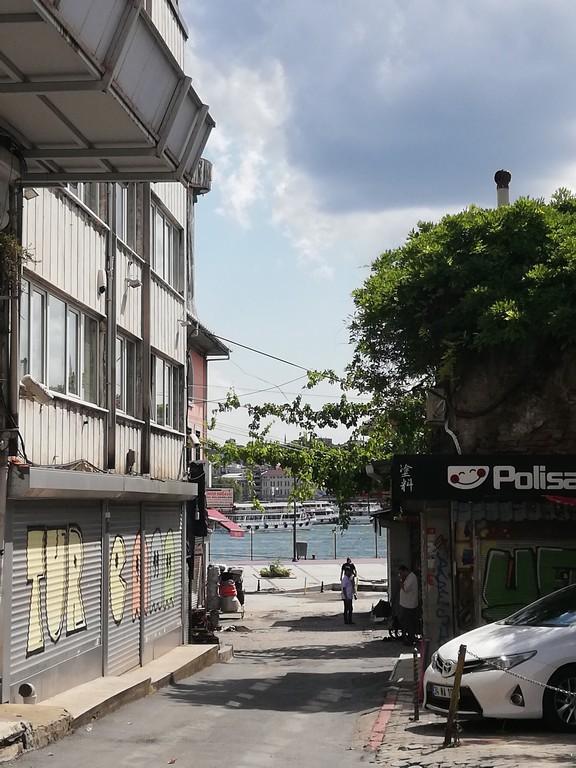 Bazı sokaklar denize açılıyor.