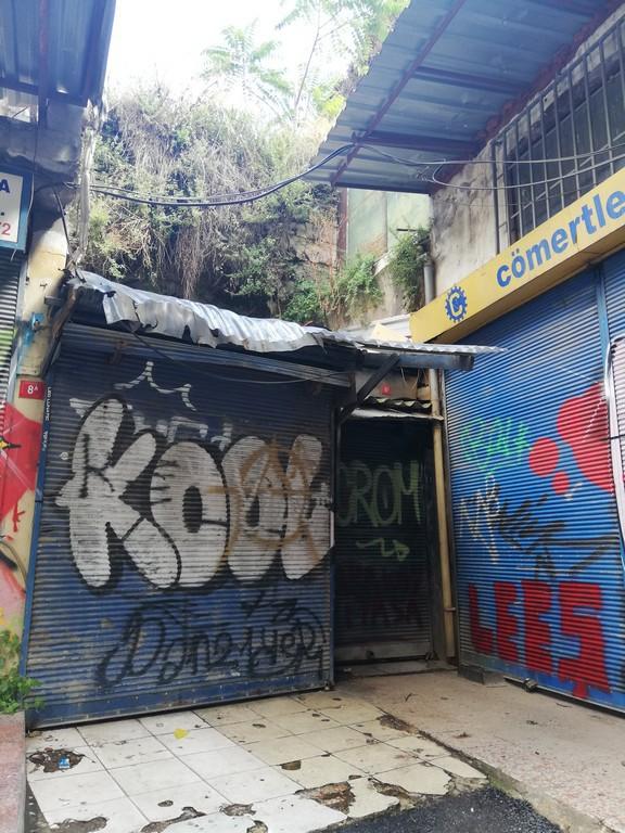Bölgede tüm iş yerleri sokak kenarında değil, bazıları da han içlerinde. Ama bu durum da grafiticilerin dükkan önlerini boyamaları için bir engel değil.